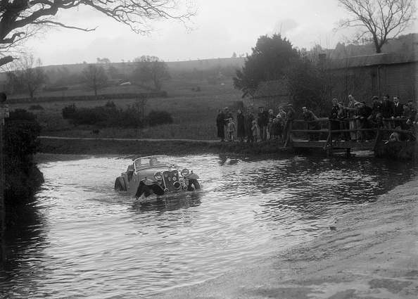 Danger「972 cc Singer Le Mans driving through a ford during a motoring trial, 1936」:写真・画像(16)[壁紙.com]