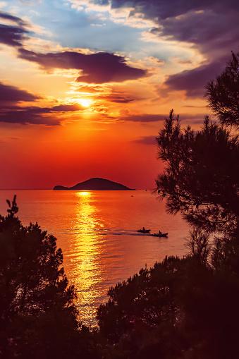 cloud「Kelifios (タートルアイランド) 夕暮れ時。Kelifios は、ポルト カラス、シトニア、半島ハルキディキ、ギリシャの近くです。」:スマホ壁紙(5)