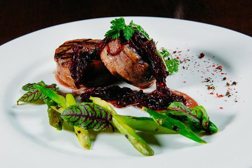 盛り付け「Bacon wrapped pork medallions with caramelized onion and asparagus」:スマホ壁紙(3)