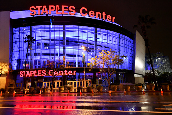 Staples Center「Across U.S., Stadiums, Landmarks Illuminated In Blue To Honor Essential Workers」:写真・画像(2)[壁紙.com]
