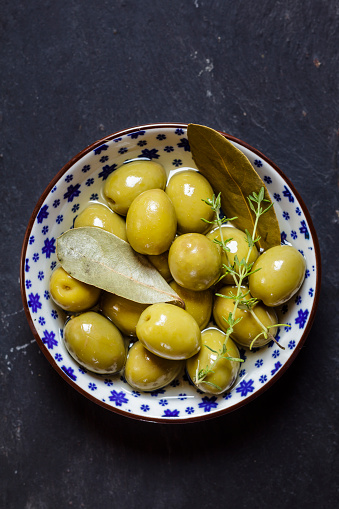 Thyme「Green olives thyme and bay leaves in bowl」:スマホ壁紙(14)