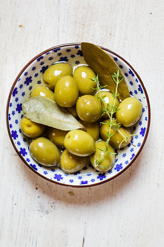 Bay Leaf「green olives in bowl with thyme and bay leaf」:スマホ壁紙(15)
