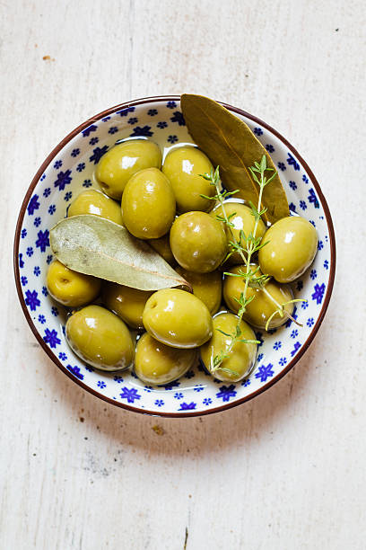 green olives in bowl with thyme and bay leaf:スマホ壁紙(壁紙.com)