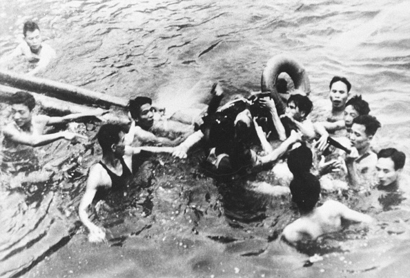 Prisoner Of War「Senator John Mccain Is Pulled Out Of A Hanoi Lake By North Vietnamese Army」:写真・画像(1)[壁紙.com]