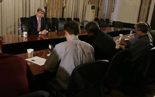 Baghdad「U.S. Senator John Kerry Visits Troops in the Green Zone」:写真・画像(4)[壁紙.com]