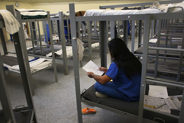 Immigration Detention Center「ICE Detains And Deports Undocumented Immigrants From Arizona」:写真・画像(1)[壁紙.com]