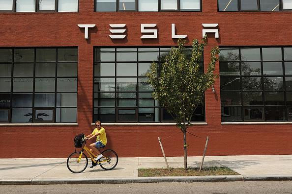 Showroom「Tesla Shares Slide After Auto Maker Announces That It Will Remain Public」:写真・画像(1)[壁紙.com]