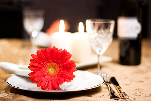 A romantic table for two with a red flower:スマホ壁紙(壁紙.com)