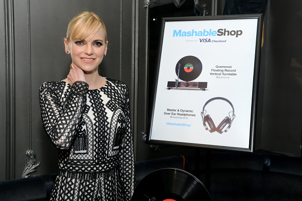 Paying「Anna Faris Attends The Mashable Shop, Powered By Visa Checkout Launch Event」:写真・画像(17)[壁紙.com]