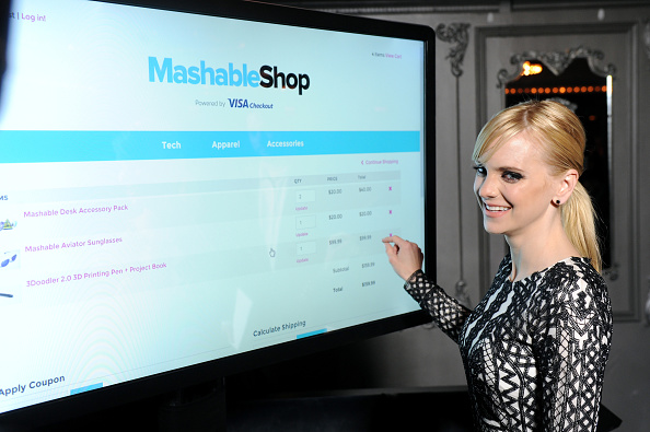 Paying「Anna Faris Attends The Mashable Shop, Powered By Visa Checkout Launch Event」:写真・画像(18)[壁紙.com]