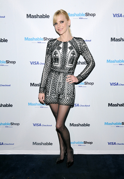 Paying「Anna Faris Attends The Mashable Shop, Powered By Visa Checkout Launch Event」:写真・画像(19)[壁紙.com]