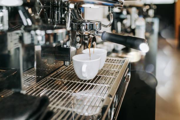 Human hands making fresh espresso coffee drink:スマホ壁紙(壁紙.com)