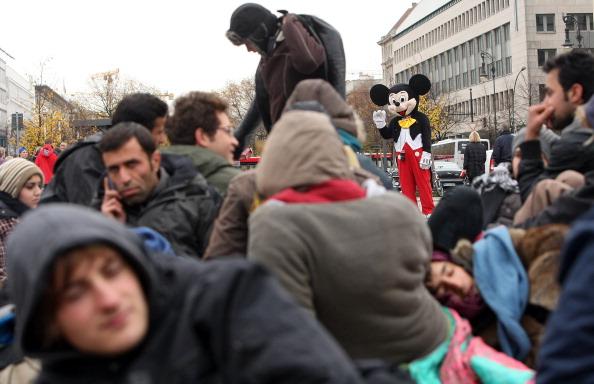 ミッキーマウス「Protesting Asylum Seekers Launch Hunger Strike」:写真・画像(6)[壁紙.com]
