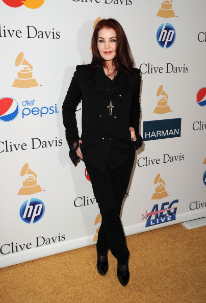 Cross Shape「2011 Pre-GRAMMY Gala And Salute To Industry Icons Honoring David Geffen - Arrivals」:写真・画像(6)[壁紙.com]