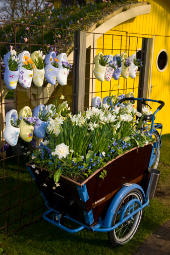 Keukenhof Gardens「Wooden Shoes, Cart with flowers & Yellow building」:スマホ壁紙(10)