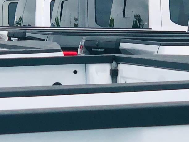 New pickup trucks at a auto dealership:スマホ壁紙(壁紙.com)