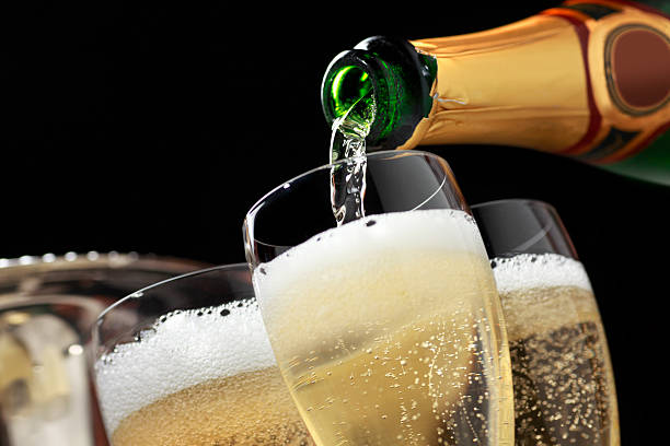 Champagne being poured into champagne glasses:スマホ壁紙(壁紙.com)