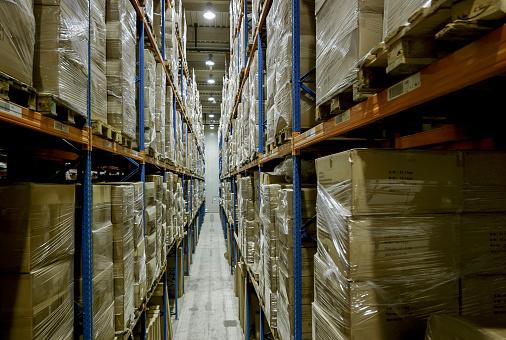 Focus On Background「Warehouse aisle full of packages on pallet racks」:スマホ壁紙(13)