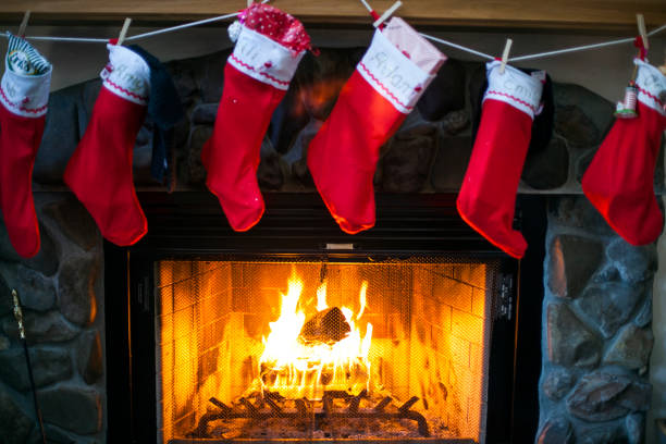 Christmas stockings hanging over fireplace:スマホ壁紙(壁紙.com)