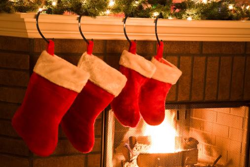 お祭り「クリスマスのストッキングに加えて、ホリデーシーズンの暖炉マントル」:スマホ壁紙(5)
