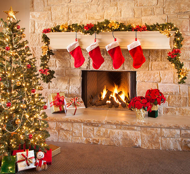Christmas stockings, fire in fireplace, tree, and decorations:スマホ壁紙(壁紙.com)