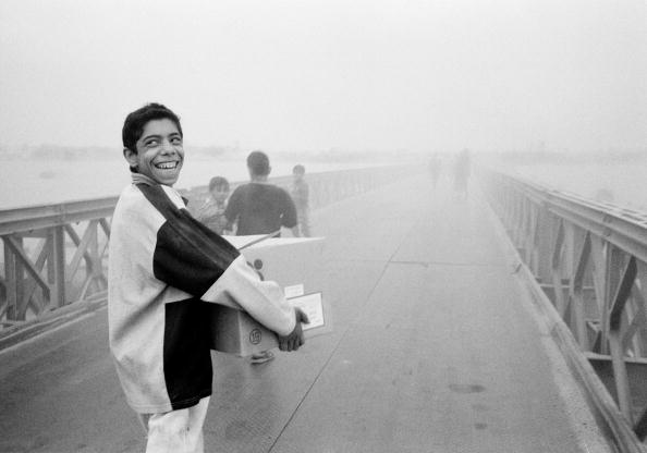 Toothy Smile「Looters carrying boxes on bridge (B&W)」:写真・画像(16)[壁紙.com]