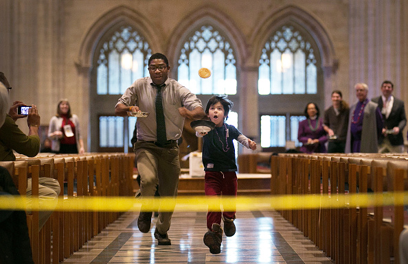 Sports Race「The National Cathedral Holds Its Annual Mardi Gras Pancake Race」:写真・画像(10)[壁紙.com]