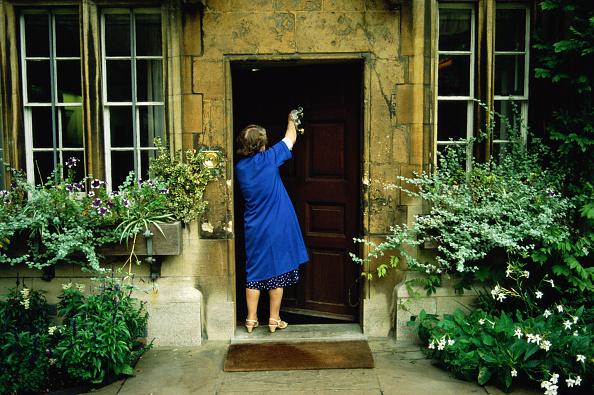 Front Door「UK, Oxford, Oxford University, cleaner polishing door knocker」:写真・画像(10)[壁紙.com]