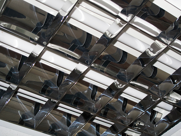 Ceiling「Detail of flourescent office light fitting diffuser and reflector unlit」:写真・画像(16)[壁紙.com]