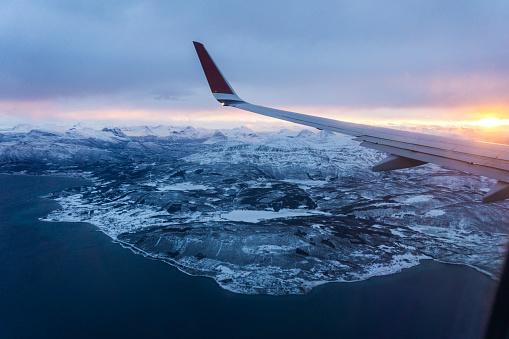 ノルウェー「Airplanes wing over the mountains, from the window, while flying, sunrise」:スマホ壁紙(5)