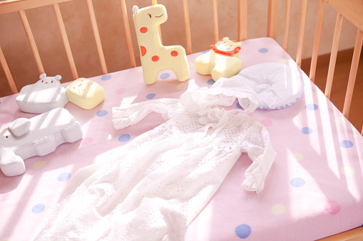 子供時代「Crib, dress, hat, and stuffed animals」:スマホ壁紙(6)