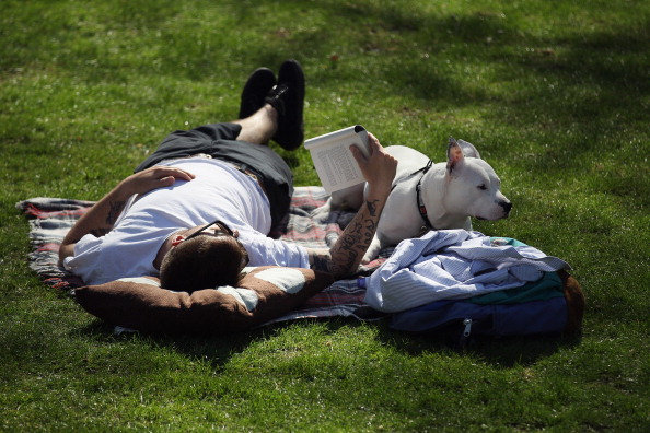 リラクゼーション「Londoners Enjoy The Warm Spring Weather」:写真・画像(11)[壁紙.com]