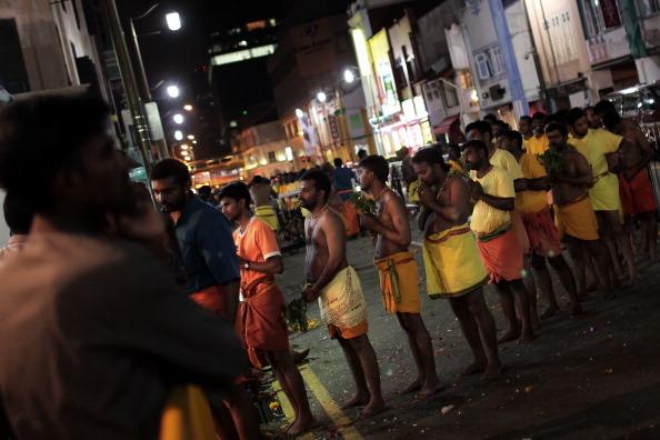 Fire Pit「Hindus Firewalk During Theemidhi Festival」:写真・画像(15)[壁紙.com]