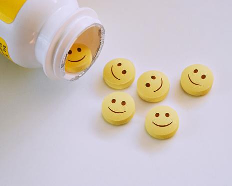 Anthropomorphic Smiley Face「Smiley faced pills.」:スマホ壁紙(12)