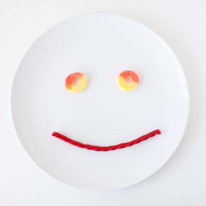 擬人化「Smiley face on plate made out of jelly beans」:スマホ壁紙(15)