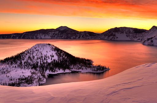 Crater Lake National Park「Winter sunrise Crater Lake National Park, Oregon」:スマホ壁紙(15)