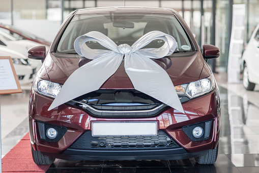 Car Dealership「New car with bow in showroom」:スマホ壁紙(16)