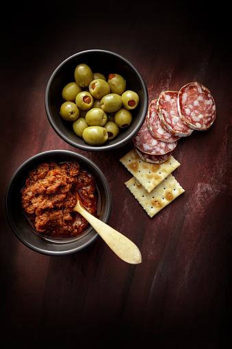 Aperitif「Delicatessen: Tapenade, Olives and Sausage Still Life」:スマホ壁紙(14)