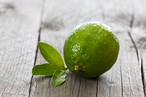 Lime「Wet lime with leaves on wood」:スマホ壁紙(3)