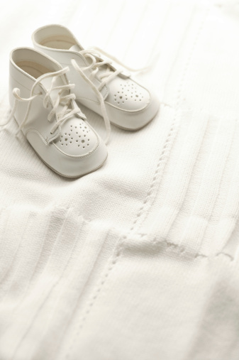 Toddler「White Baby Shoes on Blanket」:スマホ壁紙(11)