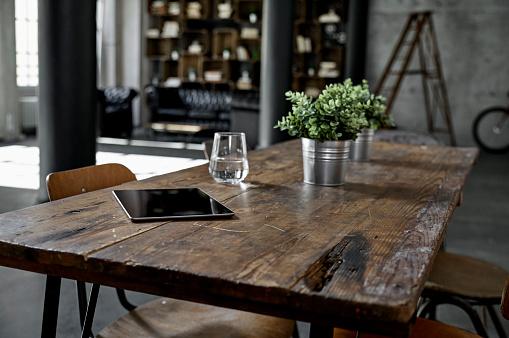 Industry「Tablet on table in loft flat」:スマホ壁紙(9)