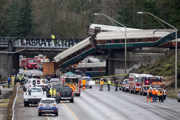 鉄道・列車「Amtrak Train Derailment South Of Tacoma, Washington Leaves Train Car Dangling Onto Highway」:写真・画像(4)[壁紙.com]