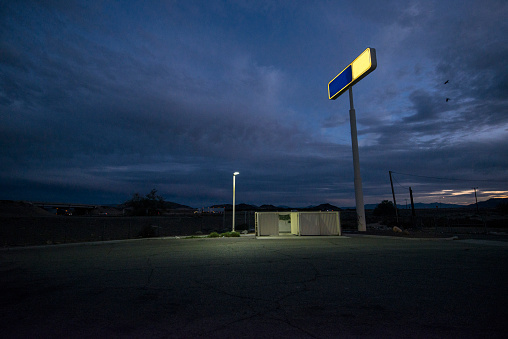 Pole「Alley/parking lot behind remote gas station.」:スマホ壁紙(0)