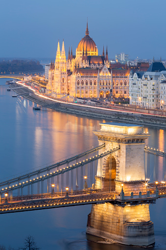 Hungary「View of Chain Bridge and Parliament in Budapest at dusk」:スマホ壁紙(19)