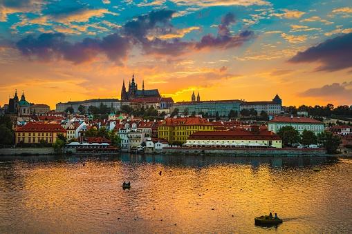 フラッチャニ「日没、川モルダウ チェコ共和国中のプラハのカレル橋の景色。」:スマホ壁紙(17)