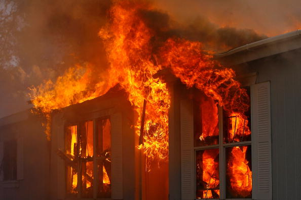 House「Santa Ana Winds Stoke Wildfires In Southern California」:写真・画像(6)[壁紙.com]