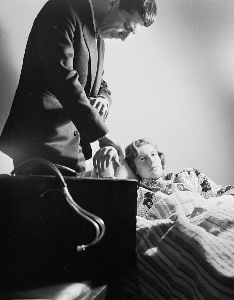 Bedroom「Checking Her Pulse」:写真・画像(18)[壁紙.com]