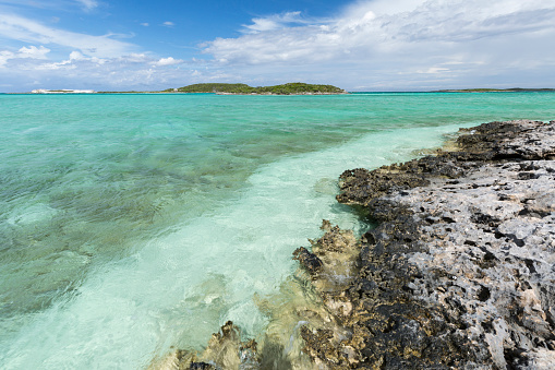 Limestone「Limestone rocks with clear water and blue sky in background as seen on Staniel Cay, Bahamas」:スマホ壁紙(7)