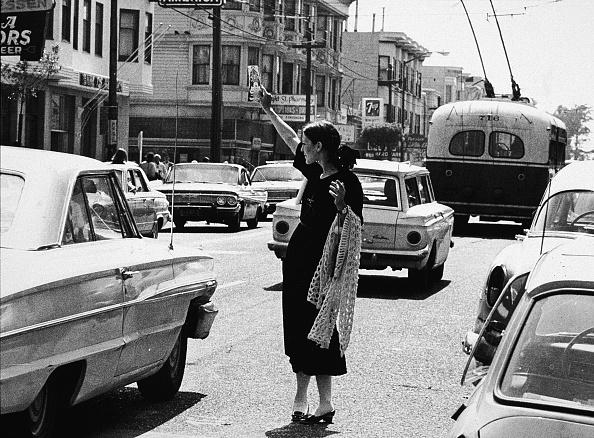 カリフォルニア州 サンフランシスコ「Hippie Holding Up Pamphlet In Street」:写真・画像(4)[壁紙.com]