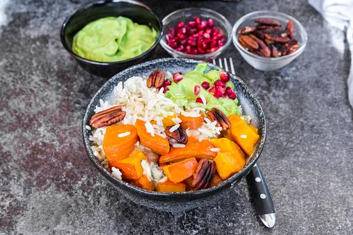 ペカン「Bowl of autumnal salad with carrots, pumpkin, sweet potatoes, pecan, guacamole, pomegranate and rice」:スマホ壁紙(19)